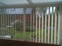 stores-a-bandes-verticales-pour-veranda-ou-bureau.jpg